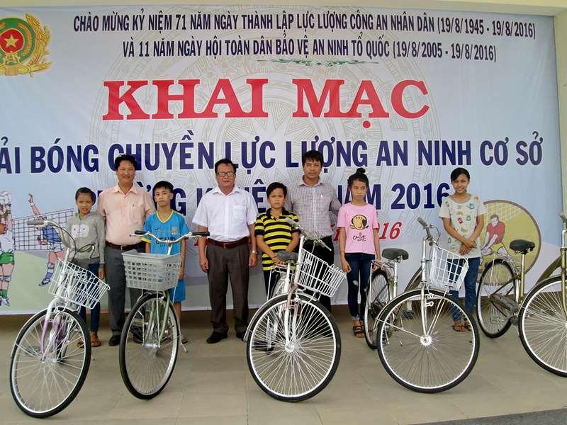 Chương trình trao tặng xe đạp cho HSSV có hoàn cảnh khó khăn