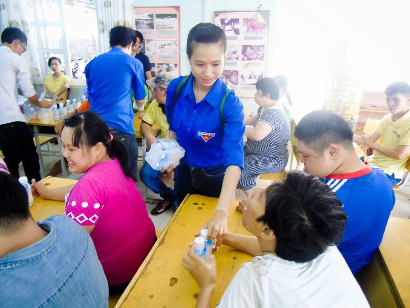 Chương trình tặng quần áo, sữa cho các trẻ em bất hạnh, nạn nhân chất độc màu da cam